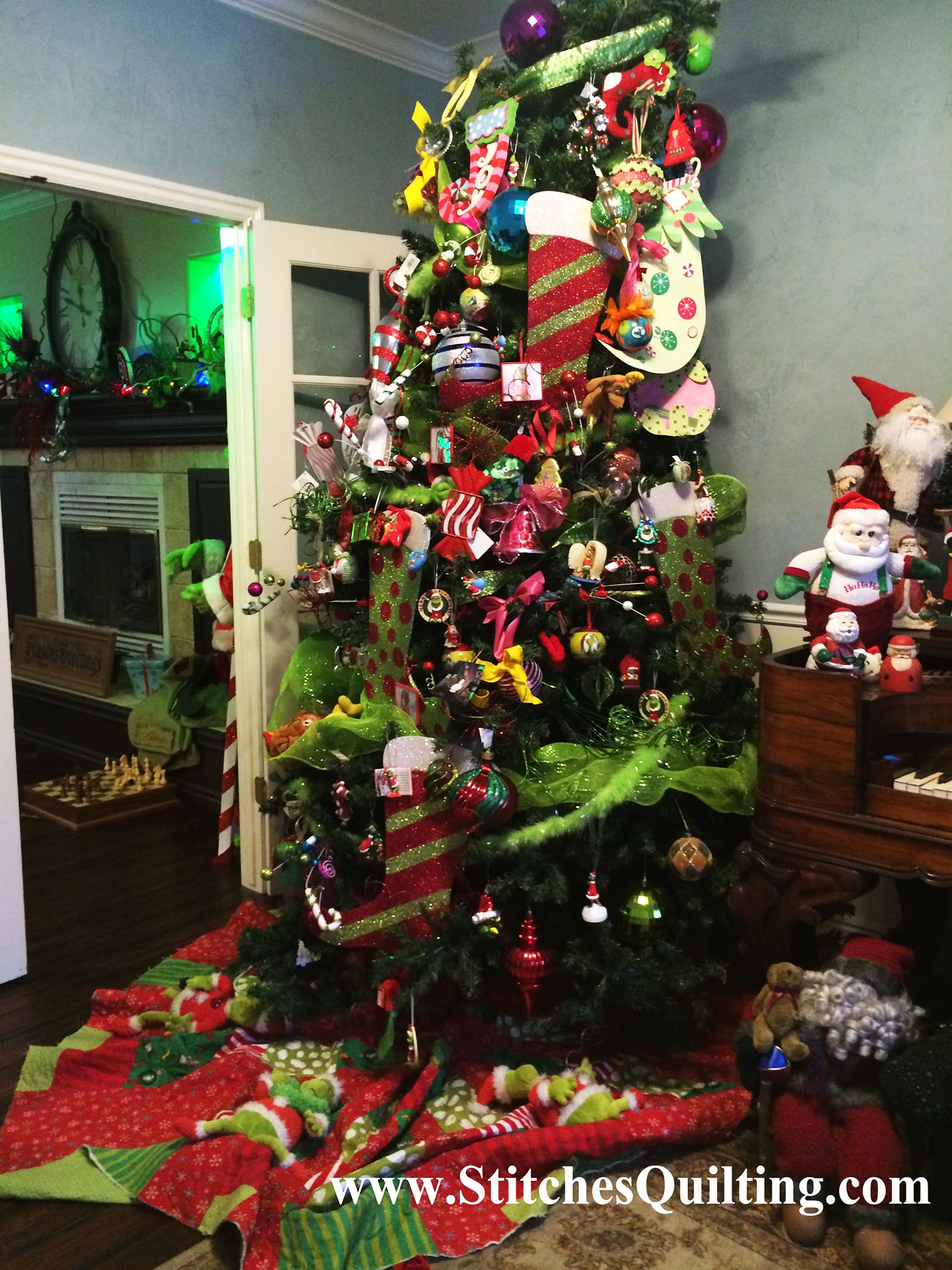 Christmas Grinch Decorations.The Grinch Christmas Tree